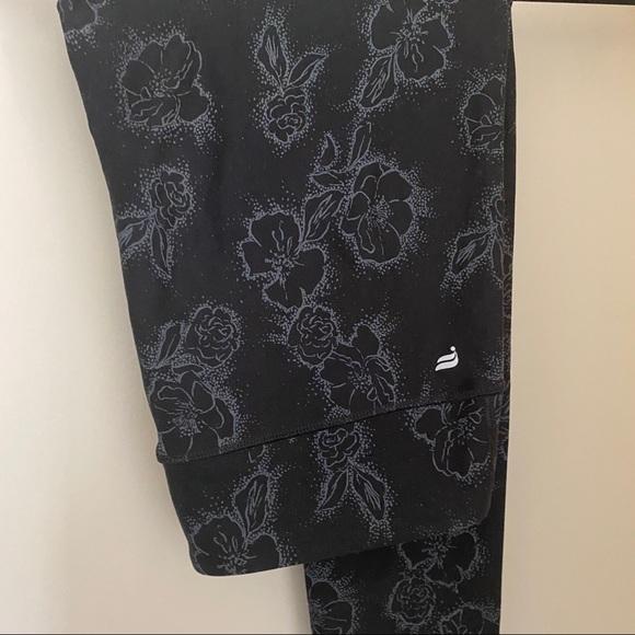 Mid-rise printed powerhold capri leggings